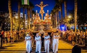 El Cristo del Mar de Roquetas volvió a procesionar ante cientosde vecinos y visitantes