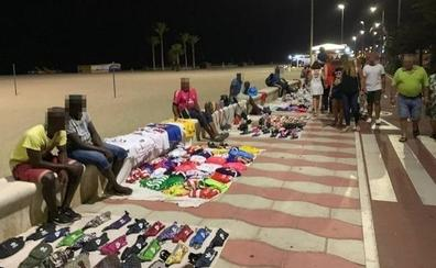 Vecinos y comercios estallan contra la venta ambulante en Roquetas