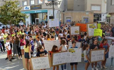 Las familias afectadas por el transporte escolar se manifiestan para exigir a Amat que cumpla lo prometido