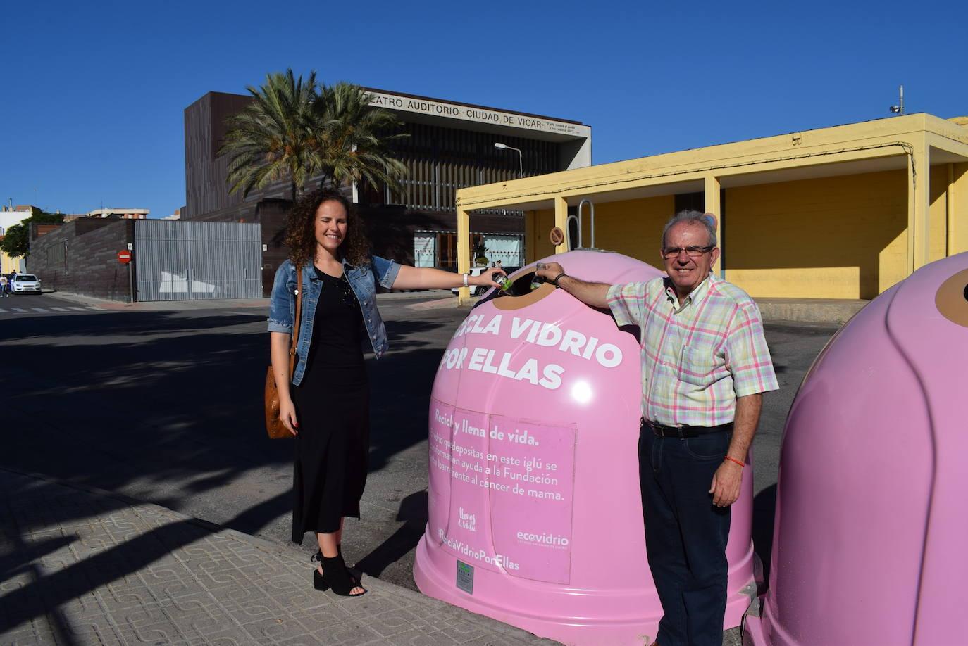 Iglús de color rosa en Vícar para recoger vidrio y recaudar dinero contra el cáncer