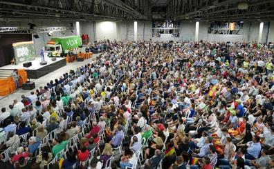 Santiago Abascal se da un baño de masas en Aguadulce con un discurso centrado en Franco y Cataluña