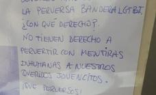 Cuelgan un cartel criticando al IES Sabinar por exhibir la «perversa» bandera LGTBI