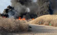 Arde un cúmulo de residuos en la rambla de Carcauz de La Mojonera