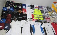 Investigan a un hombre por vender prendas falsificadas de marcas conocidas en Roquetas