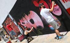 Ambiente de grafiteros y música en el parque Vandelvira