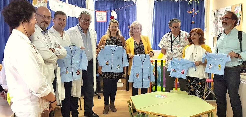Personajes infantiles en los pijamas de los niños hospitalizados
