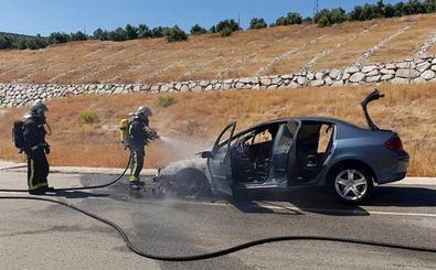 Incendio de un vehículo en el tramo de autovía entre Úbeda y Linares