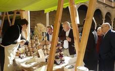 El patio del Hospital de Santiago acoge un mercado de productos ecológicos