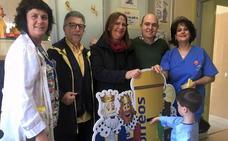 Voluntarios de Correos recogen las cartas para los Reyes Magos en diferentes centros