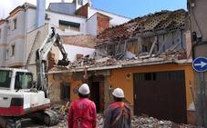 Demolición de una vivienda que presentaba riesgo de derrumbe en la calle Poeta Luis Aranda