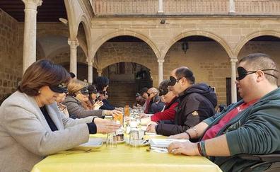 La ONCE promueve actividades para explicar cómo es el día a día las personas invidentes