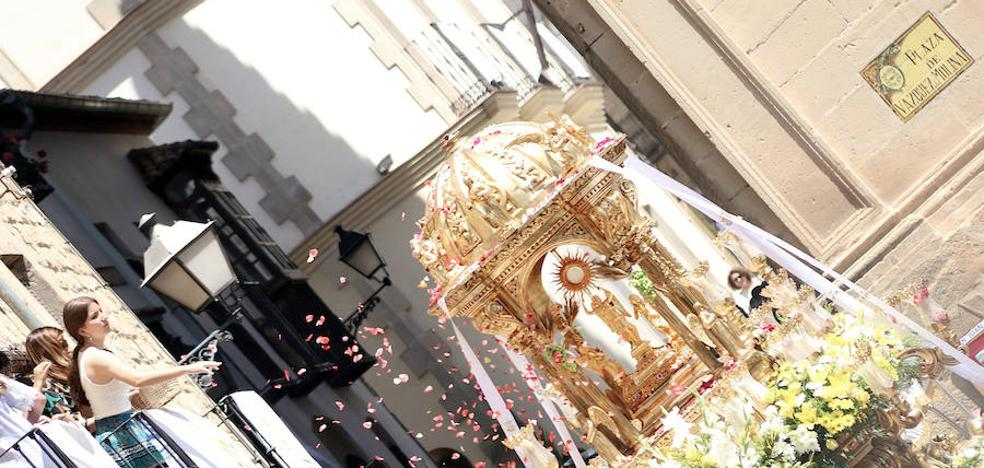 Calles engalanadas para la procesión del Corpus Christi