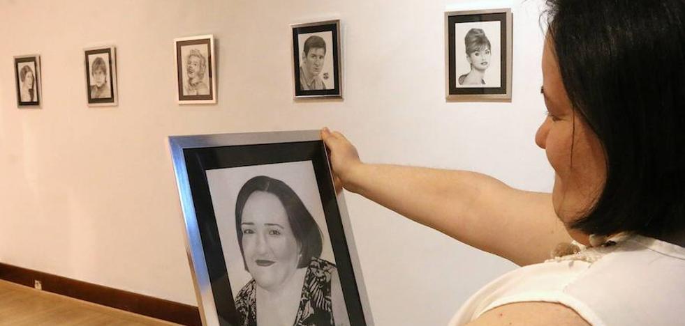 Paula López muestra en el Hospital de Santiago sus retratos a grafito