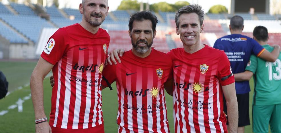 Los veteranos de la UD Almería y la Policía Nacional disfrutan con balón