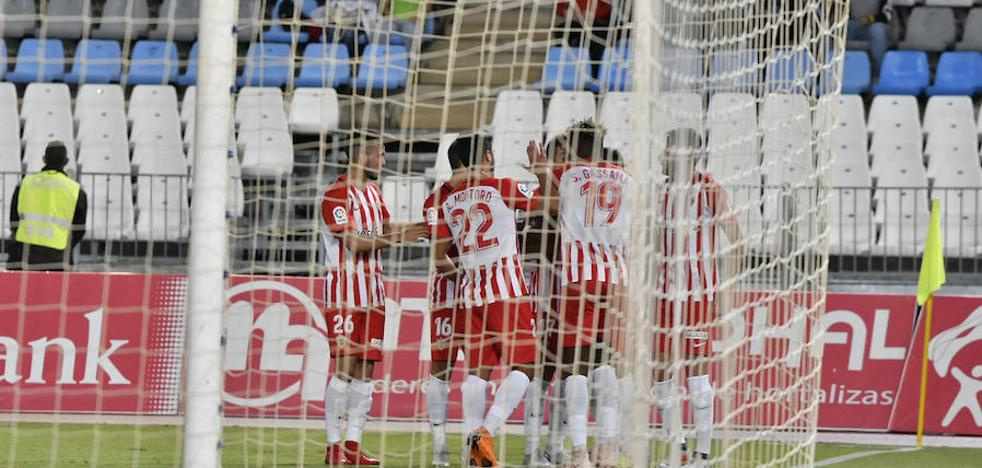 El Almería se gana seguir en la Copa, con nervios