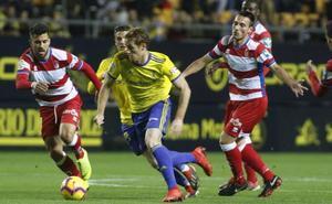 El Cádiz, que visita mañana al Almería, vive de asfixiar al rival