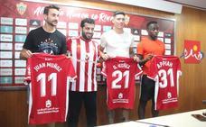 Juan Muñoz, Darwin Núñez y Arvin Appiah posan con el 'jefe'