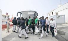 Continúa la liberación de inmigrantes llegados en patera a Motril por falta de espacio en los CIE
