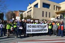 Las autoescuelas de Almería se echan a la calle por la paralización de los exámenes