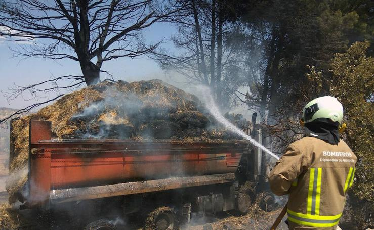 Un camión arde en Cacín