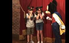 La emotiva reacción de dos hermanos cuando Mickey Mouse les dice de que van a ser adoptados
