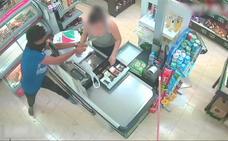 La cajera de un supermercado ayuda a un familiar a atracar el local