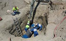 Un suministro alternativo evita un corte de agua a miles de ciudadanos de Jaén mientras se reparaba una avería