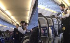 El emotivo gesto de un azafato con un bebé en pleno vuelo que se ha hecho viral