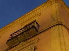 Taladran varios edificios históricos para instalar los toldos de Feria