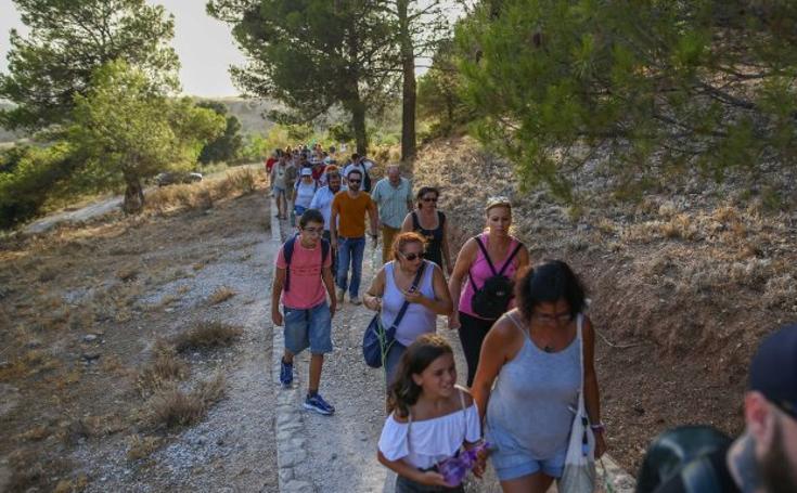 Dos centenares de personas homenajean a Lorca, el rector Salvador Vila y la 'boticaria roja'