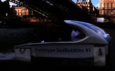 París prueba su primer taxi acuático por el Sena