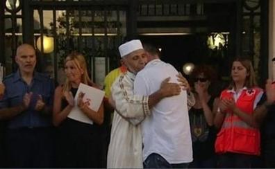El emocionante abrazo del padre del niño de 3 años muerto en La Rambla con el imán de Rubí