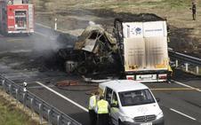 Muere al arder su camión cargado con gas licuado tras chocar con un coche en plena autovía