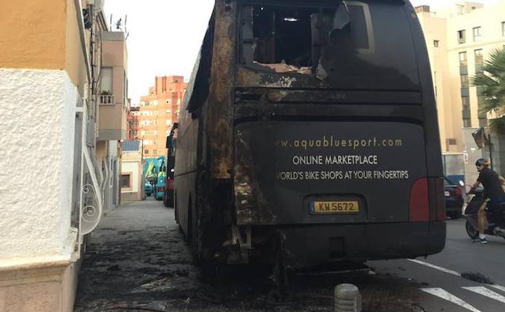 Autobús de Aqua Blue Sport quemado