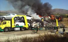 Un fuego en un neumático acaba con un remolque y cinco coches quemados
