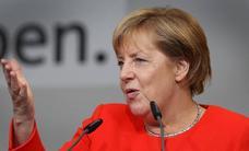 Tiran dos tomates a Merkel en un acto electoral en Heidelberg