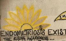 Pinta la pared de su casa para mostrar la enfermedad que lleva 11 años sufriendo y nadie creía