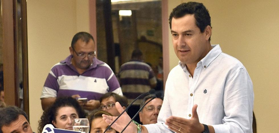 Juanma Moreno pone el foco en Cospedal al renunciar a su acta de senador