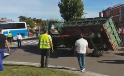 Un muerto y 8 heridos tras volcar un remolque tractor que hacía de carroza de ferias