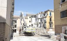 Comienza la demolición de viviendas de Santa Adela