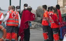 Llegan al puerto de Almería los 31 migrantes de origen subsahariano rescatados de una patera