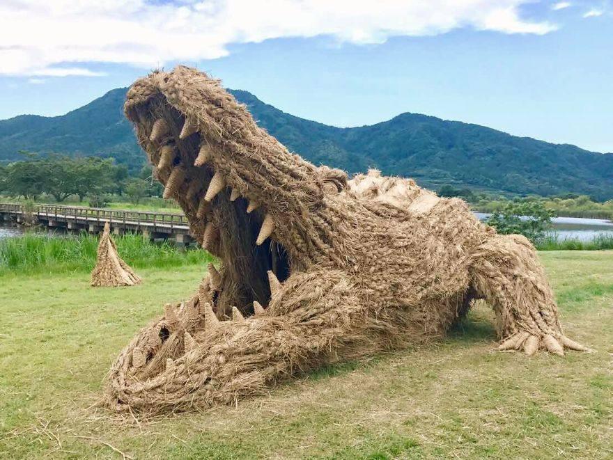 Invasión de gigantes animales de paja en los campos japoneses tras la cosecha del arroz