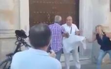 Vecinos de Sanlúcar acosan e insultan a un hombre por manifestarse por el diálogo en Cataluña