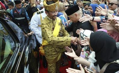 Los horrores del sultán que apedrea a mujeres y gais, prohíbe la Navidad y veta el alcohol