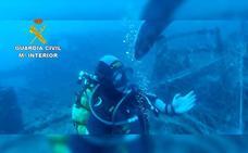 Retiran redes enchanchadas en un barco que cazaban peces en pleno parque de Cabo de Gata-Níjar