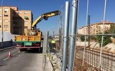 Los últimos cien metros del 'muro de la discordia' junto a las vías del AVE