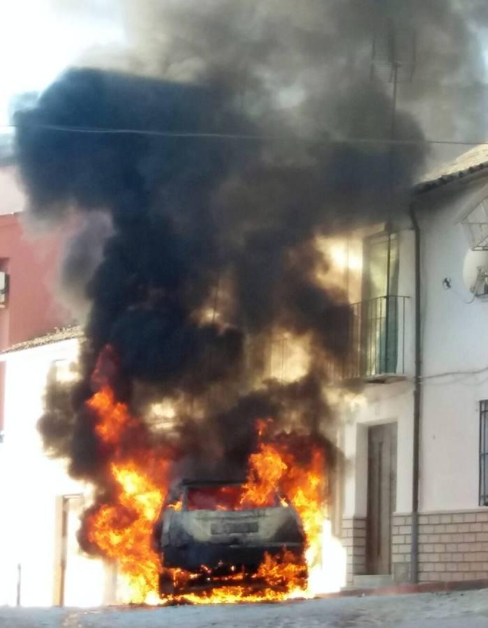 Arde un vehículo en pleno centro de Santisteban