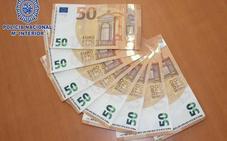 Trata de colar billetes de 50 euros falsos por comercios de Almería