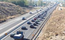 Las obras de reasfaltado de la A-44 en Granada generan varios kilómetros de atascos