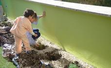 Pacientes infantiles del Hospital de Jaén plantan especies aromáticas autóctonas en 'El Jardín de los Sueños'